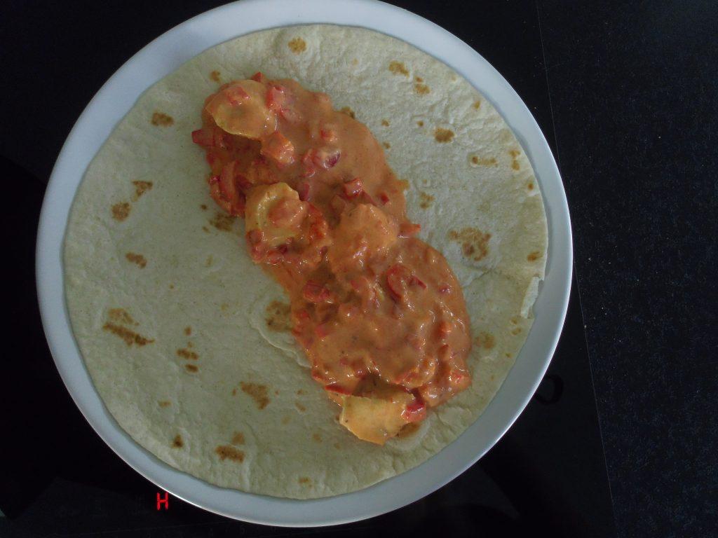 Wyłóż sos na tortillę