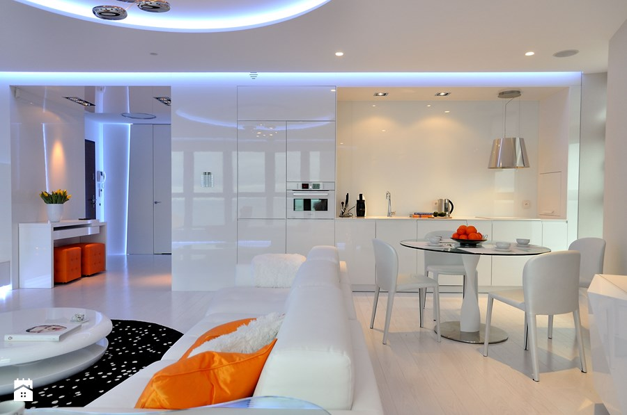 Pomarańczowy w salonie w połączeniu z bielą