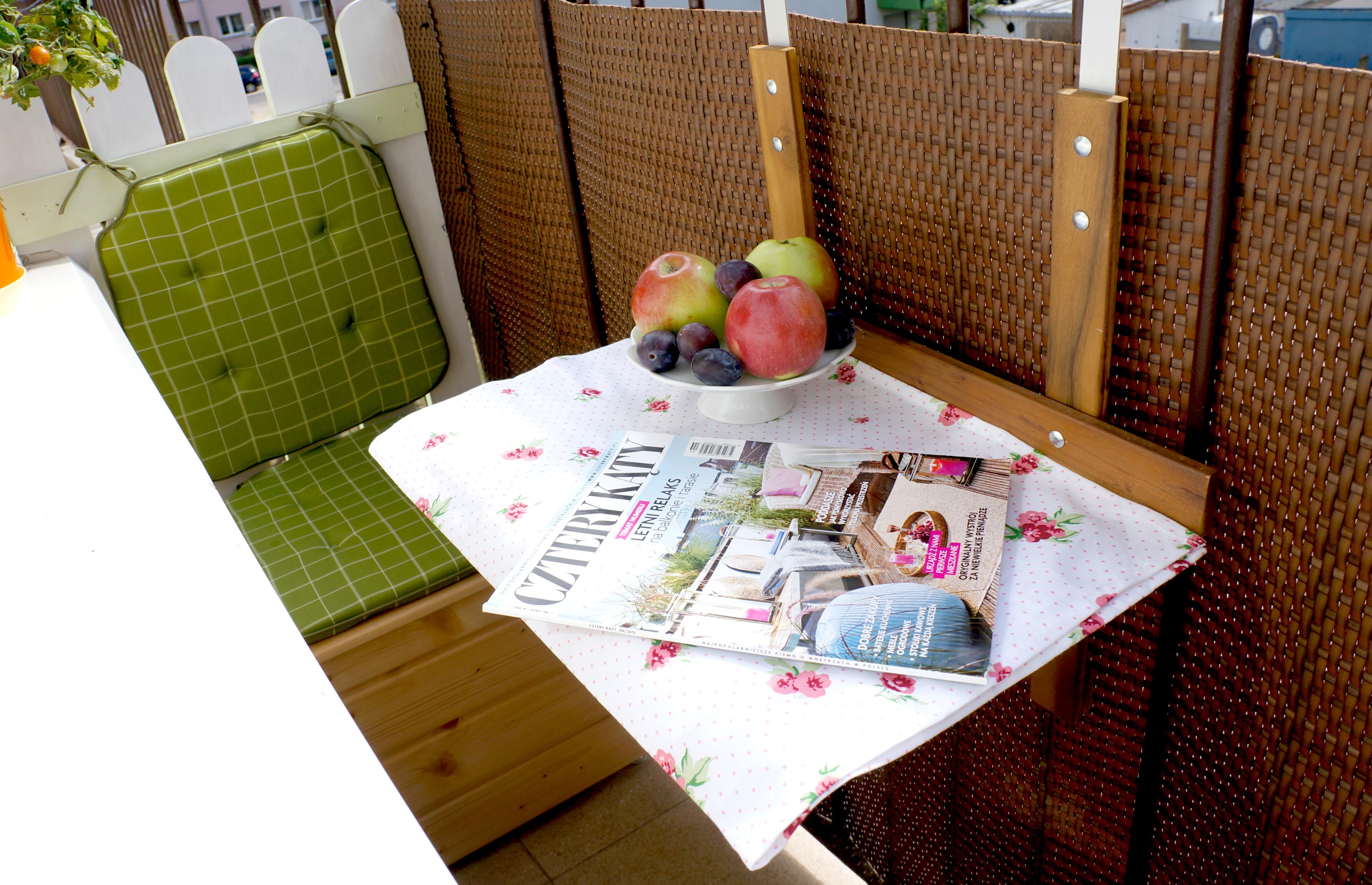 rozkładany stolik i skrzynia siedzisko