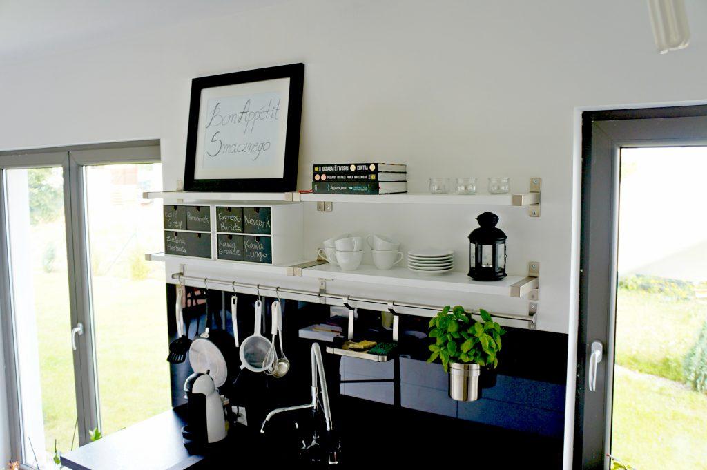 Czarno-biała aranżacja ściany w kuchni