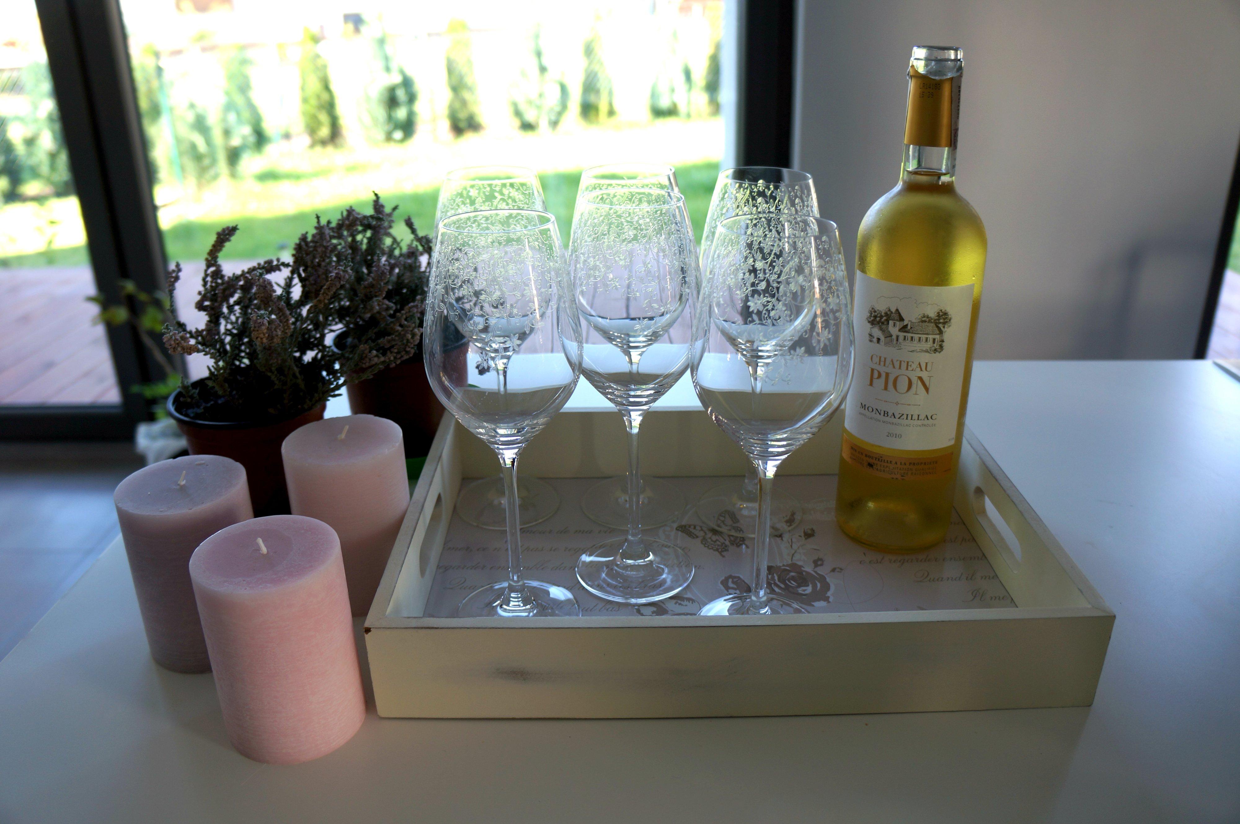 białe wino w jesiennej aranżacji