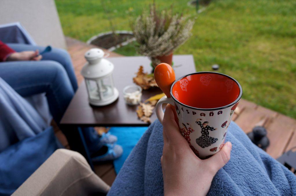 jesienna herbatka na tarasie