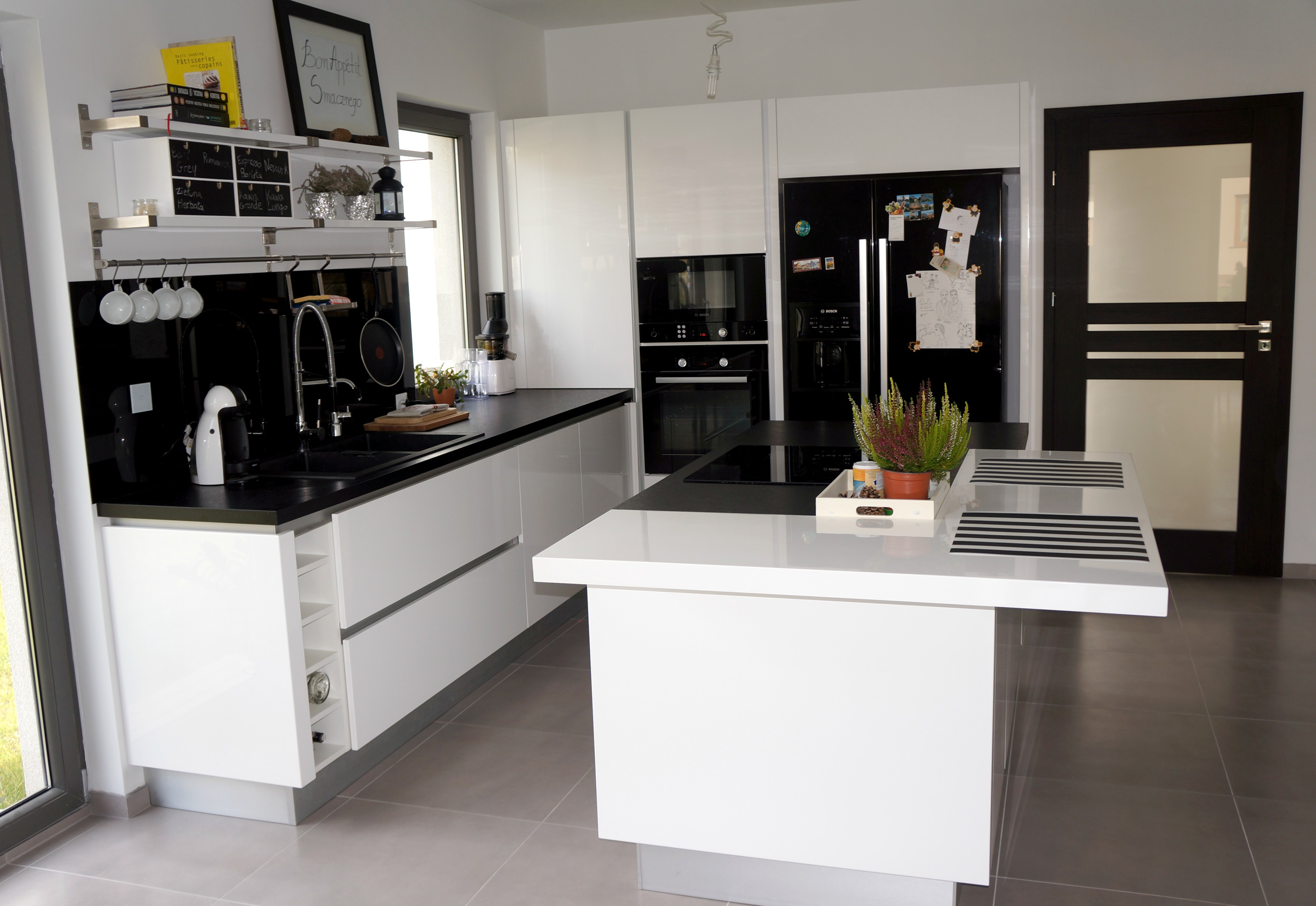 Biało czarna kuchnia  tak mieszkam  Projekt Dom -> Kuchnia Bialo Czarna Jaki Blat