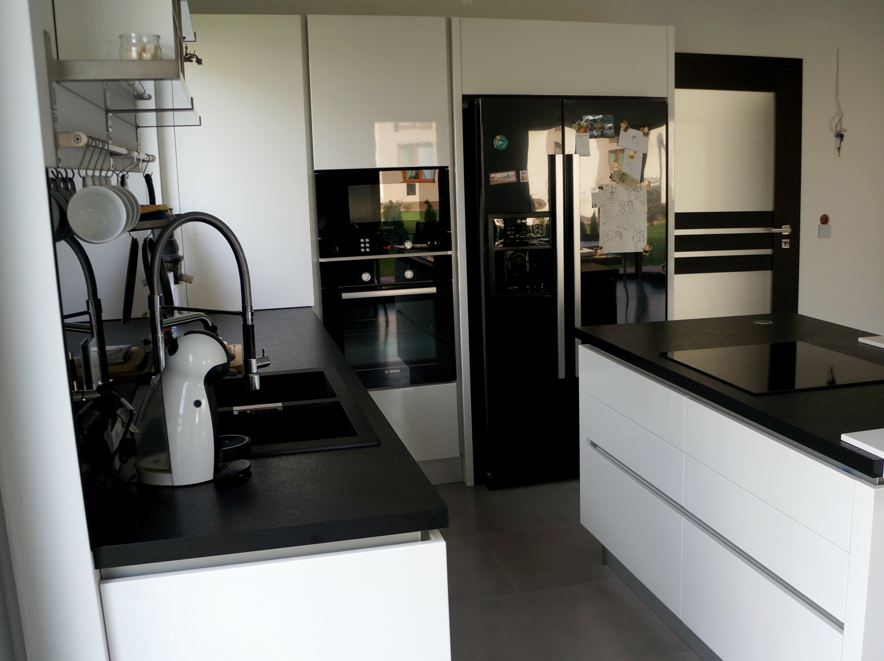 Biało czarna kuchnia  tak mieszkam  Projekt Dom -> Kuchnia Bialo Czarna Z Drewnianym Blatem