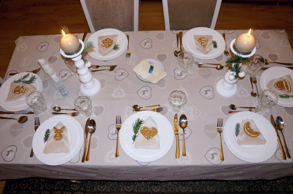 stół wigilijny na biało