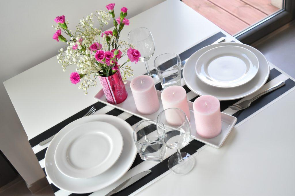 stół walentynkowy w stylu nowoczesnym