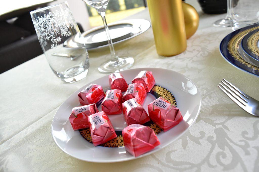 talerz ze słodkościami