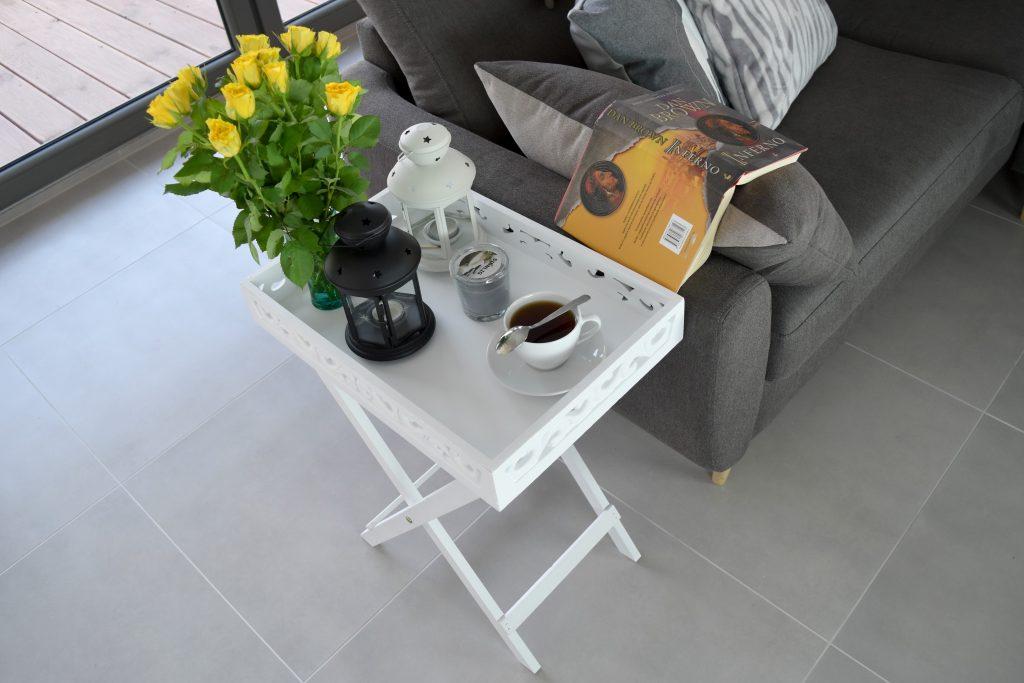 taca jako stolik przy sofie