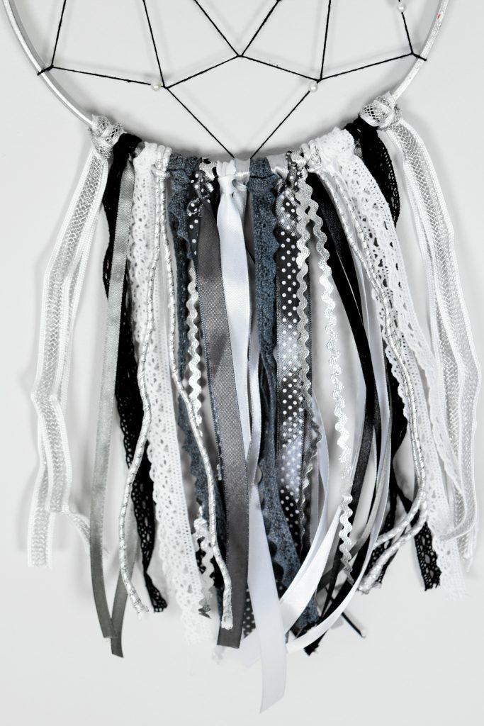 biało-czarny łapacz snów