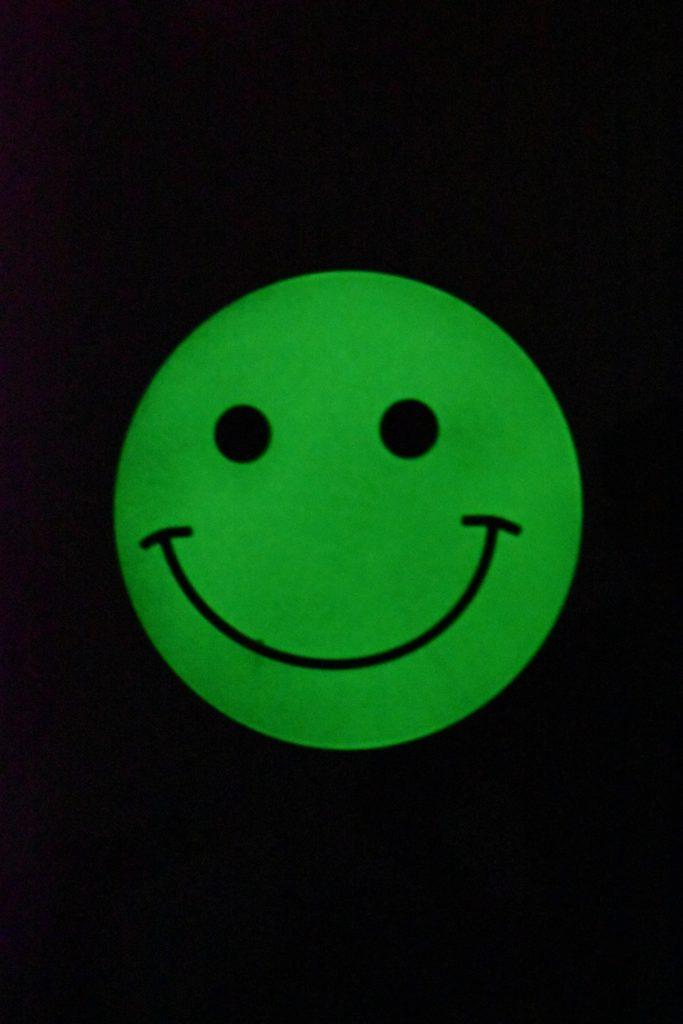 wieszak fluorescencyjny nocą