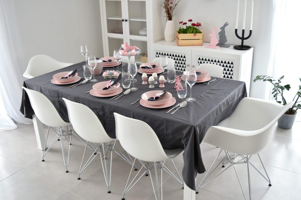 różowy stół wielkanocny