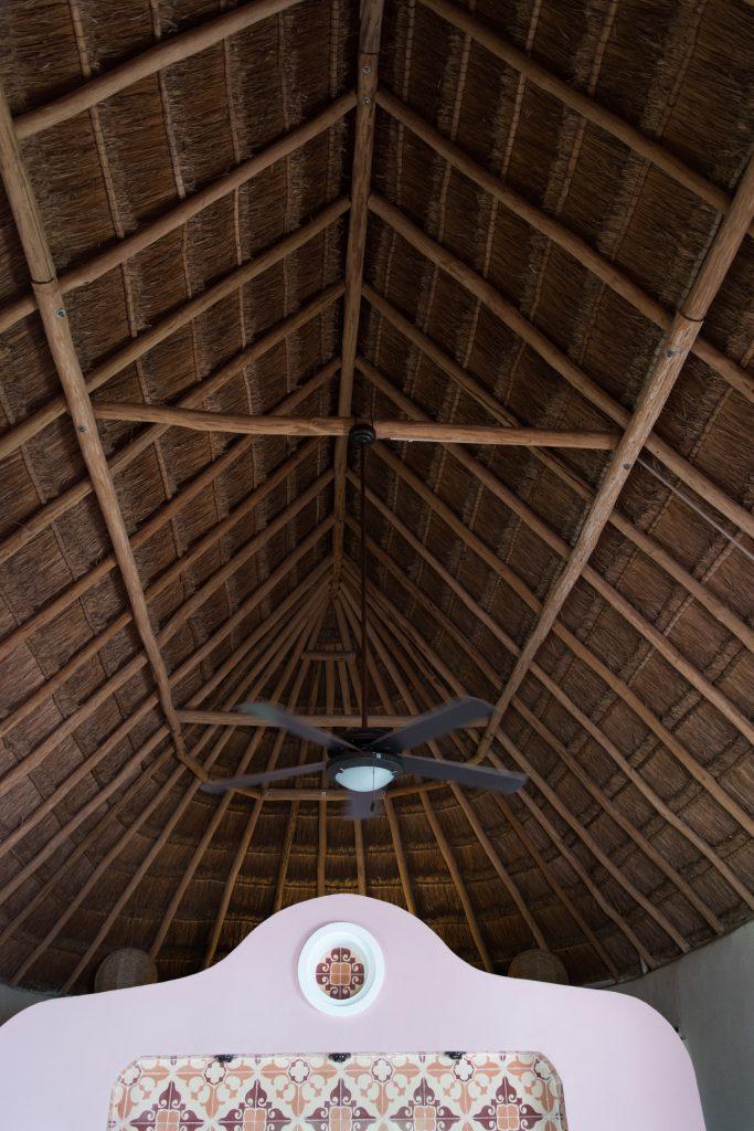 dach z liści palmowych