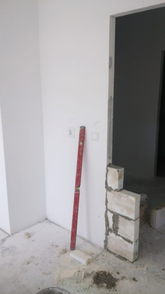 przesuwanie otworu drzwiowego
